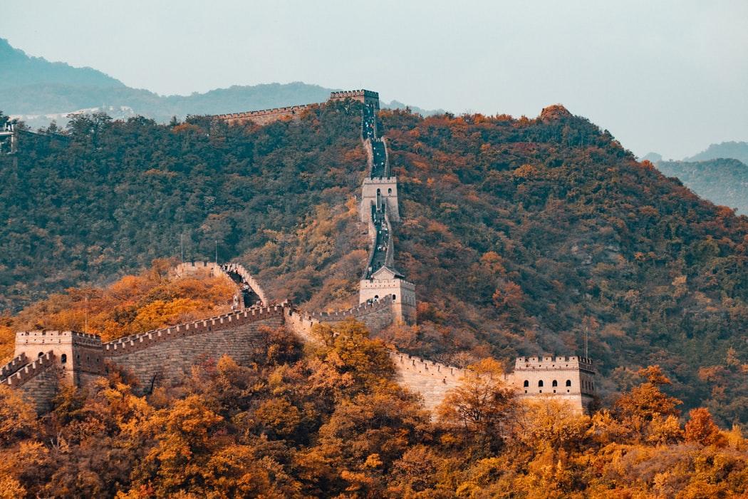 Nov 20, 2018  ประเทศจีนมีต้นกำเนิดยาวนานกว่า 5,000 ปี และมีอาณาเขตกว้างขวางถึง 9,600,000 ตารางกิโลเมตร จีนมีหลายอย่างที่เป็นจุดเด่นมากมายไม่ว่าจะเป็นอาหาร , วัฒนธรรม , ศิลปะการต่อสู้ ทั้งยังเป็นประเทศแรกที่มีการคิดค้นกระดาษชำระ , กระดาษสำหรับเขียนหนังสือ และดินปืน จีนมีประชากรเยอะมากทั้งภายในประเทศและนอกประเทศ เมื่อดูจากสถิติแล้วประชากรโลกจำนวน 1 ใน 5 มาจากประเทศจีนหรือเป็นจำนวน 20% ของประชากรโลกนั่นเอง 1.กีฬาฟุตบอลถือกำเนิดจากประเทศจีนตั้งแต่เมื่อ 2,200 ปีก่อน มีชื่อเรียกว่า ชู่จฺวี และถึงแม้ว่าอังกฤษก็จะคิดค้นกีฬาแบบนี้ขึ้นมาได้ด้วยเช่นกันแต่ก็เป็นในช่วงศตวรรษที่
