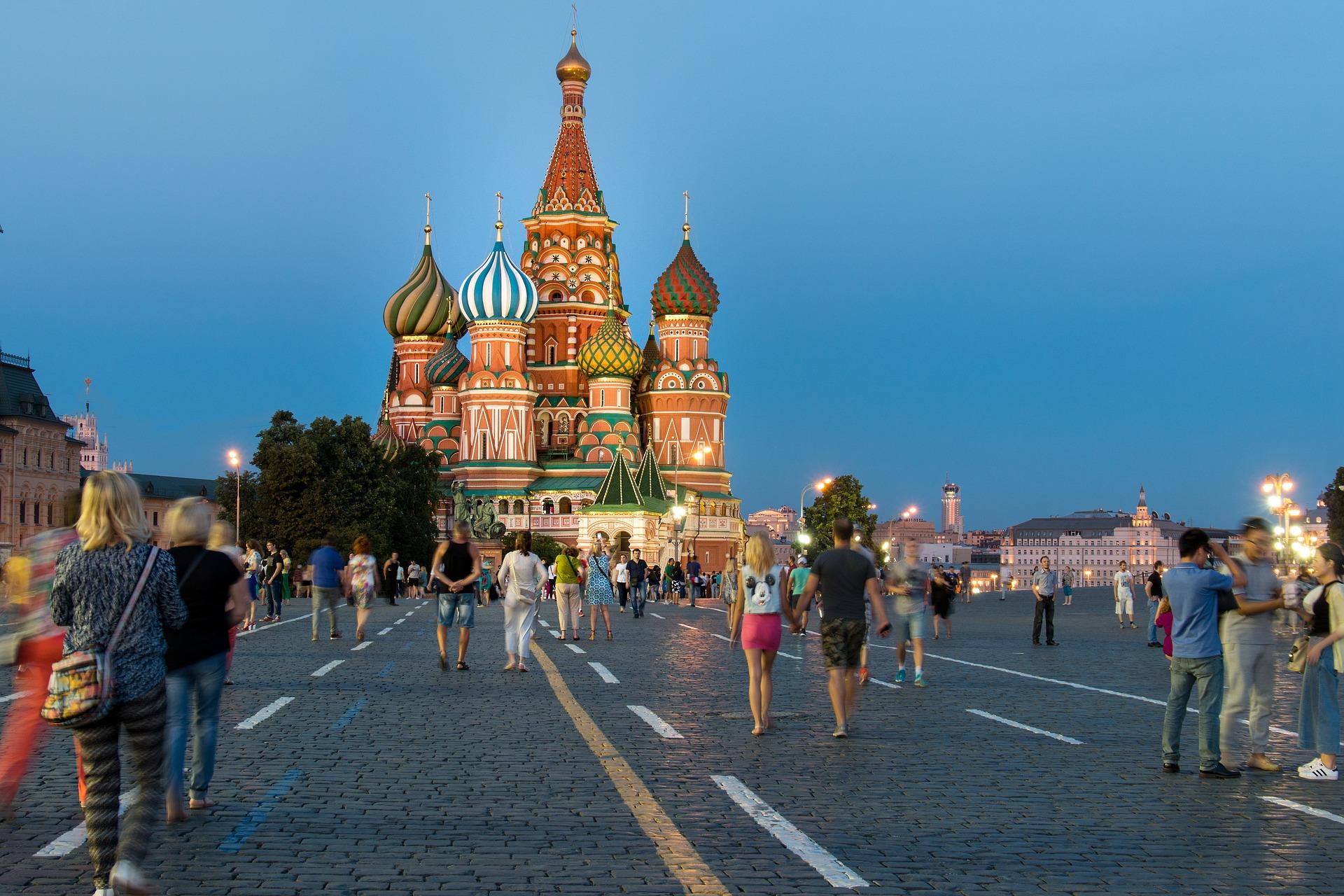 """Nov 14, 2018  เมืองมอสโก เป็นหนึ่งในเมืองท่องเที่ยวที่ยิ่งใหญ่และมั่งคั่งที่สุดในโลก เป็นดั่งศูนย์กลางที่บันทึกเรื่องราวในประวัติศาสตร์และเหตุการณ์สำคัญของรัสเซีย ทั้งเรื่องชัยชนะ , โศกนาฏกรรม , นวัตกรรมการคิดค้น ซึ่งยังคงอยู่ในใจของชาวเมืองตลอดมา  ปัจจุบันมอสโกมีประชากรมากกว่า 12 ล้านคน จัดว่าเป็นเมืองที่ใหญ่ที่สุดในทวีปยุโรปและติดอยู่ใน 10 อันดับเมืองที่มีประชากรมากที่สุดในโลก  สำหรับด้านการท่องเที่ยวที่นี่เป็นเมืองที่เต็มไปด้วยสถาปัตยกรรมอันสวยงาม เช่น พระราชวังเครมลิน , มหาวิหารเซ็นต์ เดอ ซาร์เวีย และสวนกอร์กี้ซึ่งเป็นเซ็นทรัลพาร์กที่มีคนเข้ามาเยี่ยมชมมากถึงหนึ่งแสนคนต่อวัน แม้แต่สถานีรถไฟฟ้าใต้ดินก็ยังสวยงามจนนักท่องเที่ยวต้องไปถ่ายรูป  สำหรับในบทความนี้เราได้รวบรวมข้อเท็จจริงที่หลายคนยังไม่เคยรู้เกี่ยวกับเมืองแสนสวยนี้มาให้ได้อ่านกัน  1.แผนการฆ่าล้างบาง!! – ช่วงสงครามโลกครั้งที่สองในปี ค.ศ.1941 กองทัพนาซีเคยปิดล้อมเมืองมอสโก และ """"อดอล์ฟ ฮิตเลอร์"""" เคยมีแผนการที่จะกวาดล้างสังหารชาวเมืองกว่า 4 ล้านคนมอสโกให้หมดทุกคน ทั้งยังต้องการทำลายเมือง และสร้างทะเลสาบขนาดใหญ่แทนที่เมืองอีกด้วย"""